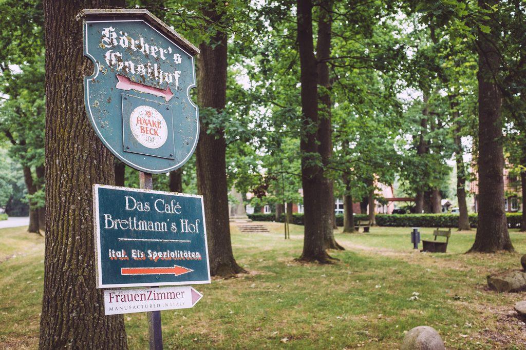 Gasthof-Hinweisschild in Fischerhude (Verden, Niedersachsen)