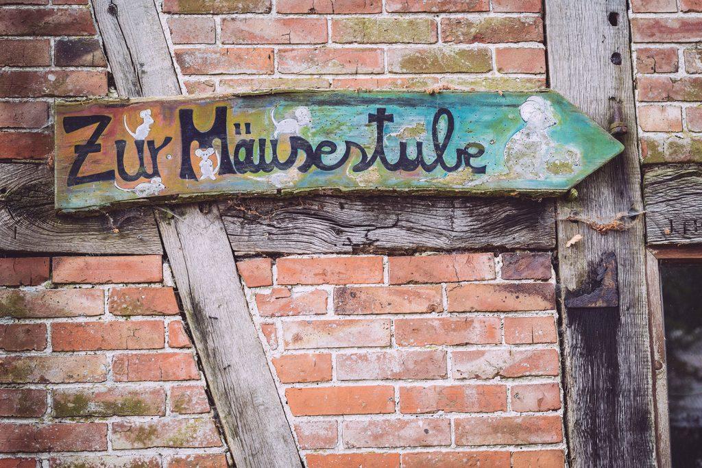 """Schild """"Zur Mäusestube"""" in Hassendorf (Sottrum, Niedersachsen)"""