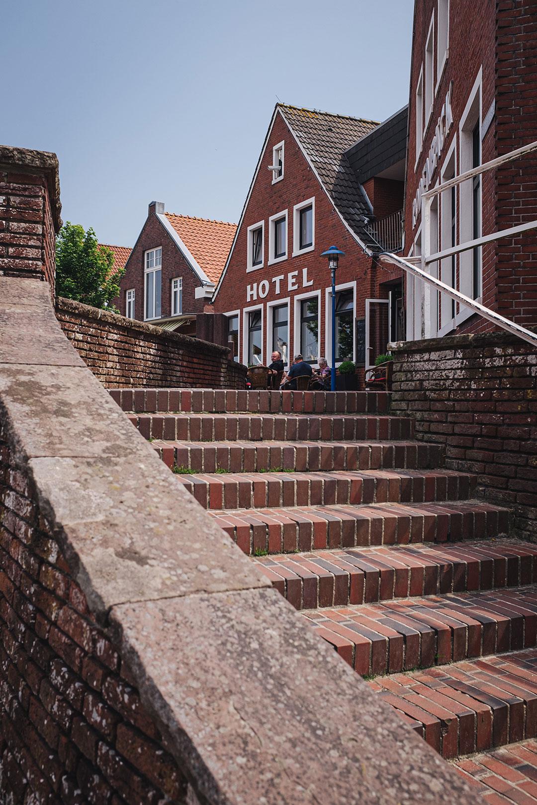 Treppe am Hafen in Neuharlingersiel