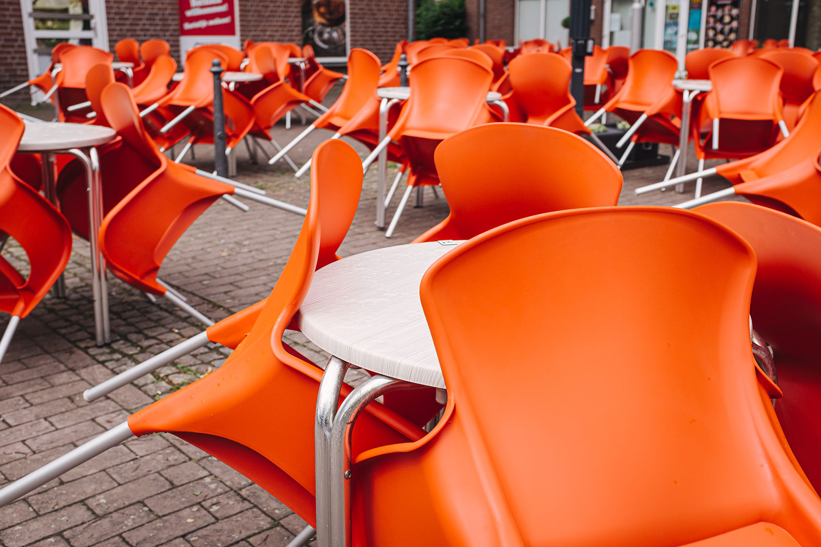 Orangene Stühle in Suderwick