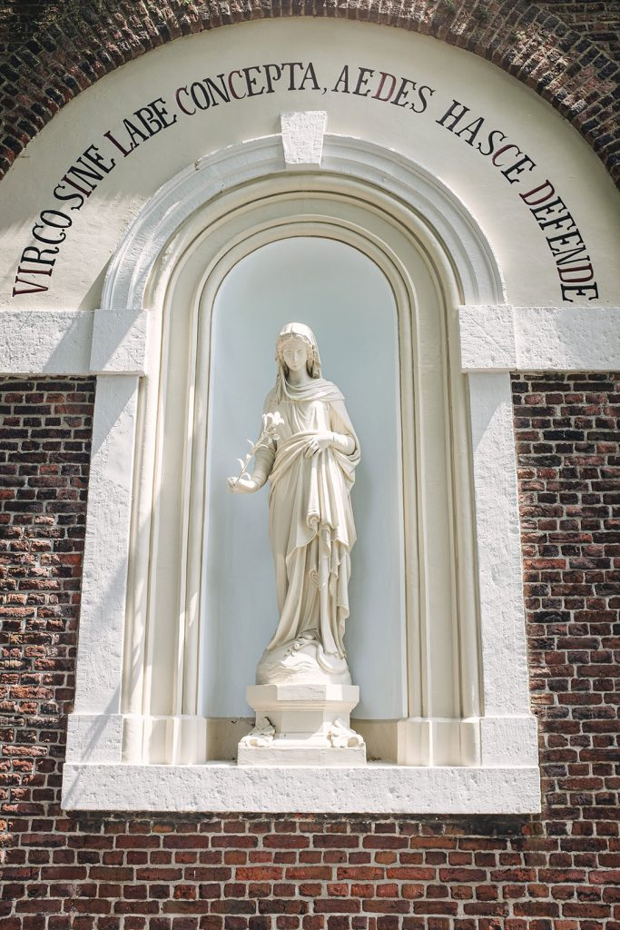 Skulptur am Eingang des Kloster Rolduc