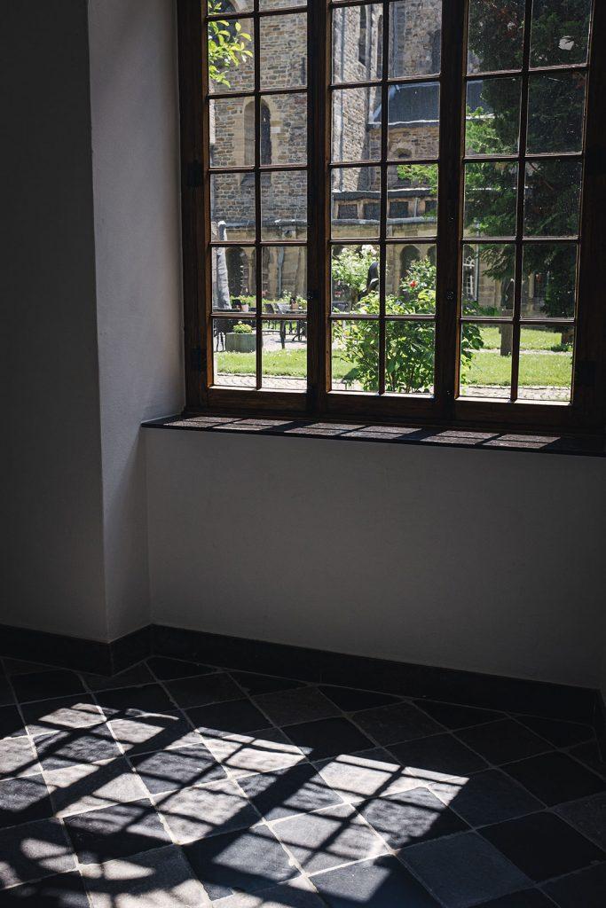 Fensterblick in den Innenhof im Kloster Rolduc