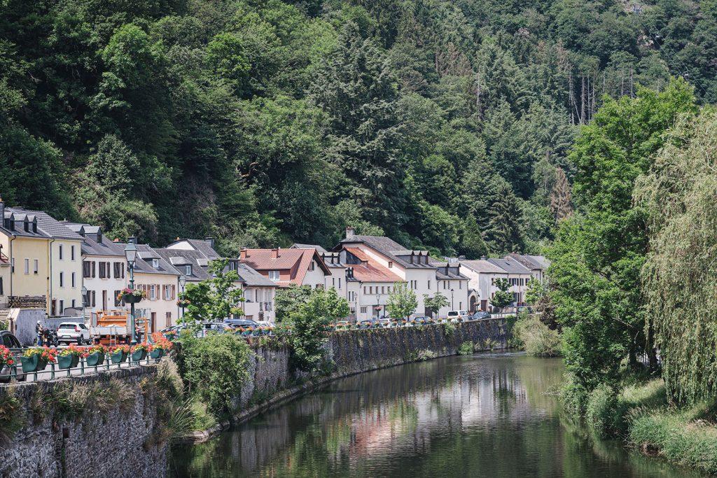 Fluss mit angrenzenden Häusern in Vianden