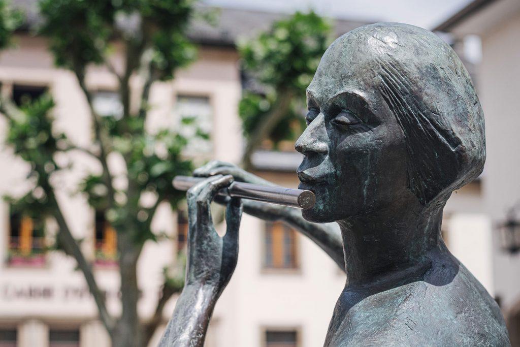 Skulptur einer Querflötenspielerin in Vianden