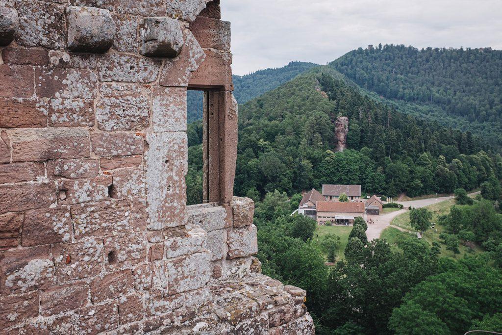 Blick zum Eingang von der Burg Fleckenstein