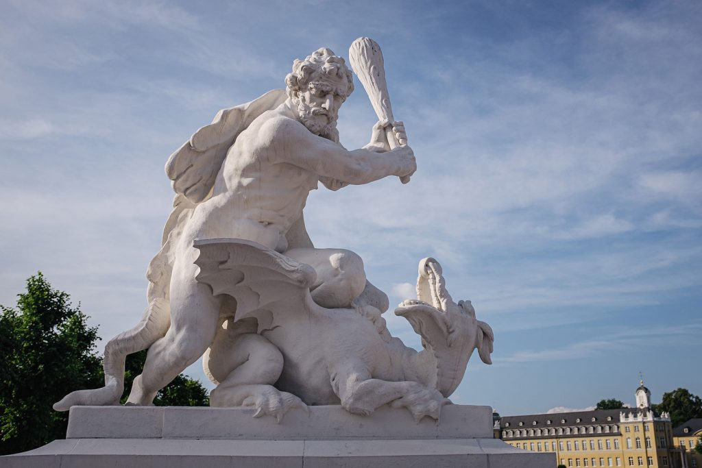 Skulptur vor dem Schloss in Karlsruhe