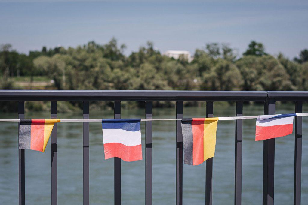 Brücke mit Deutschland- und Frankreichfahnen in Gambsheim