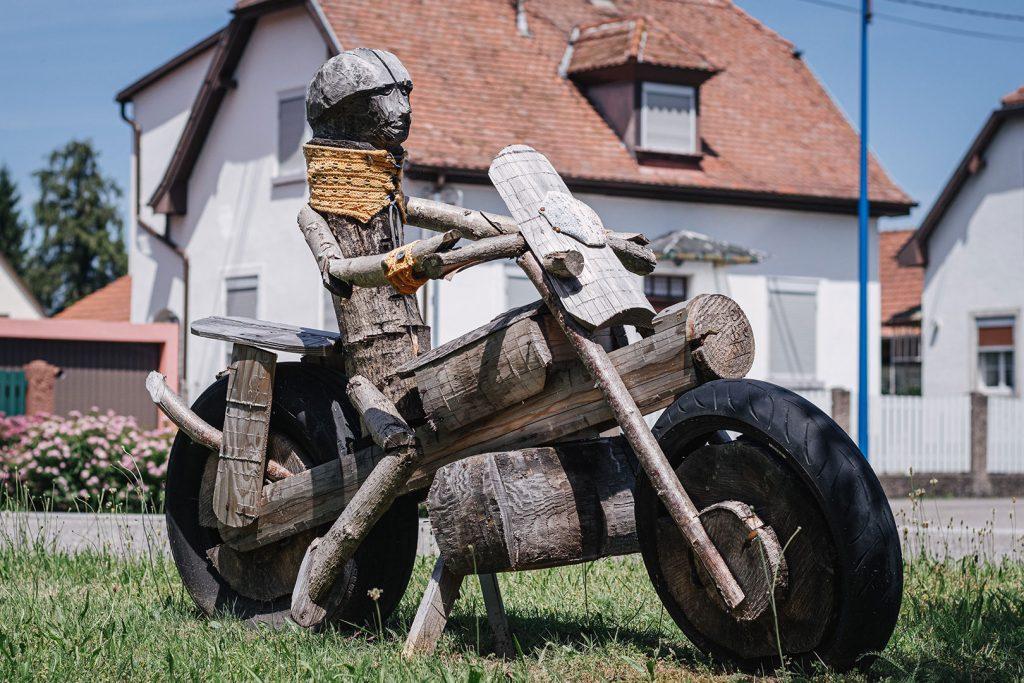 Holzfigur Motorradfahrer in Gambsheim