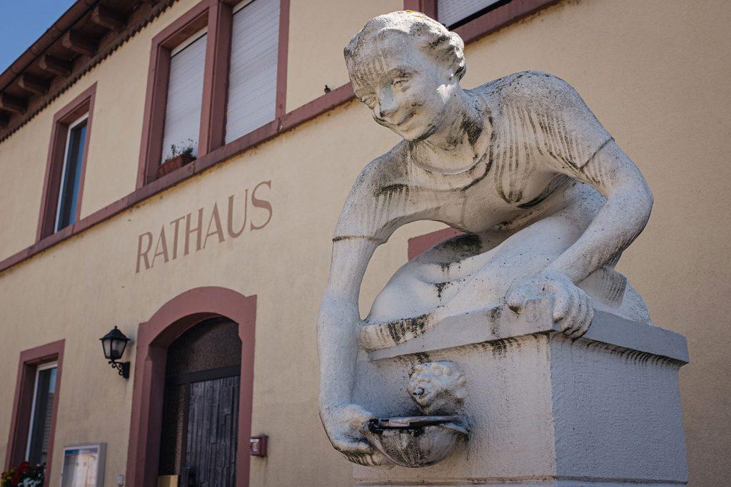 Skulptur vor dem Rathaus in Söllingen