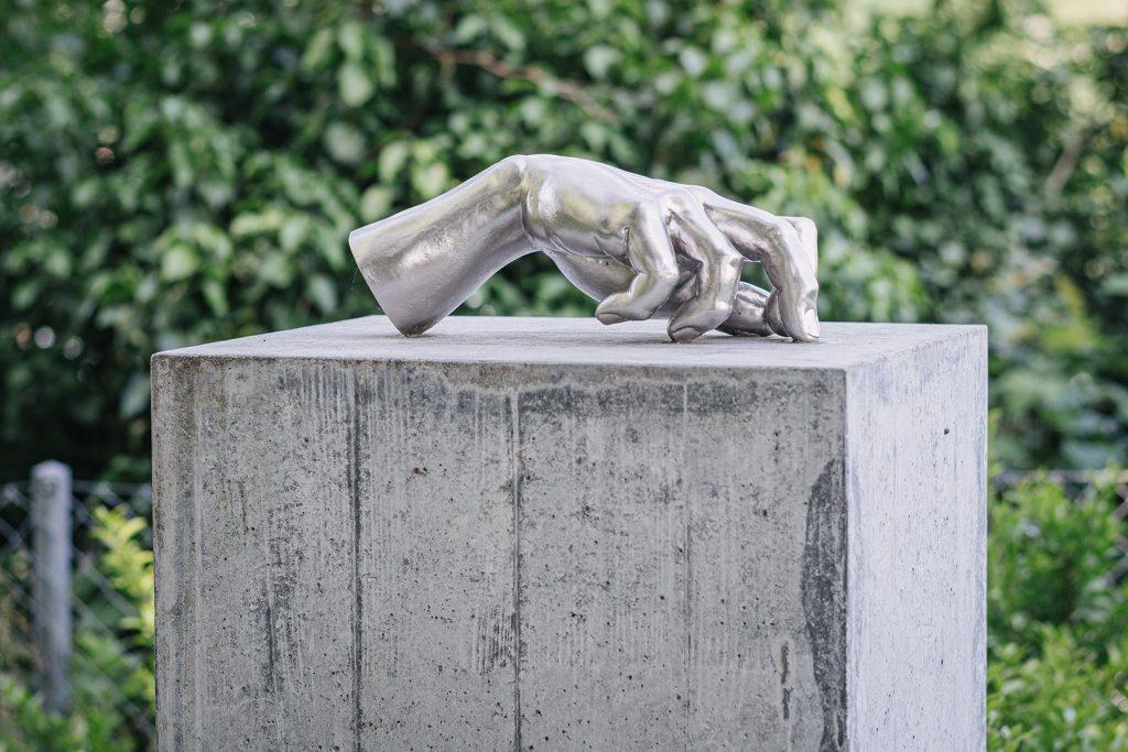Hand-Skulptur in Rheinfelden