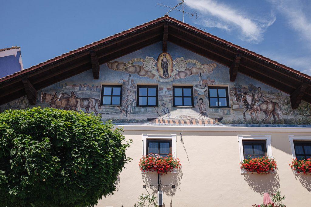 Kunstvoll verzierter Hausgiebel in Aigen am Inn