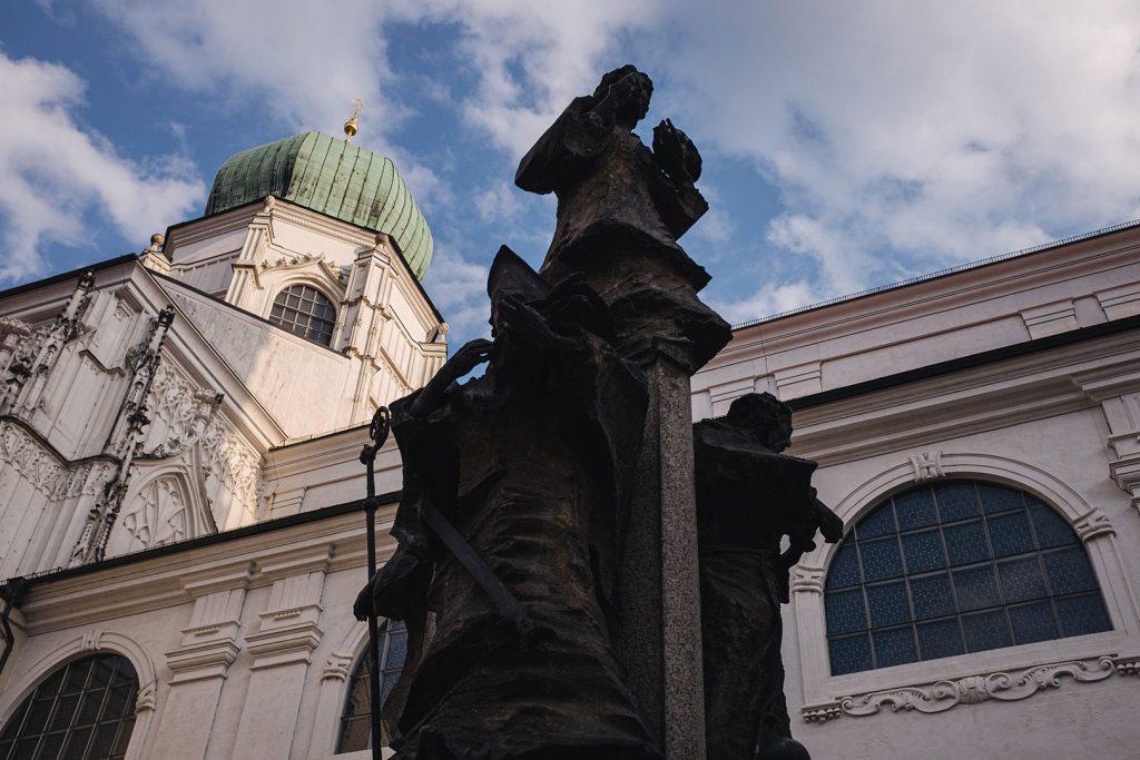 Skulptur im Innenhof des Doms in Passau