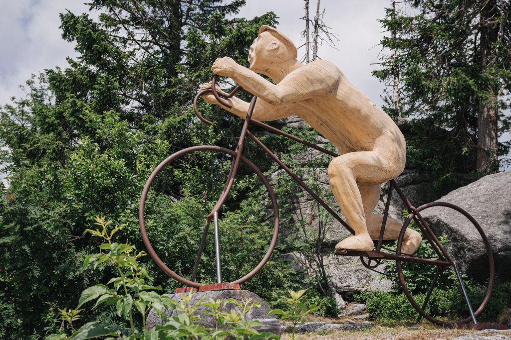 Mountainbiker-Statue am Dreisesselberg
