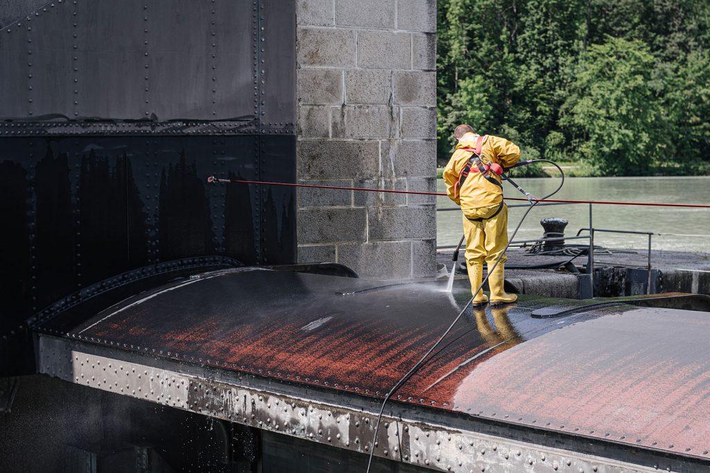 Reinigungsarbeiten auf dem Donaukraftwerk in Jochenstein