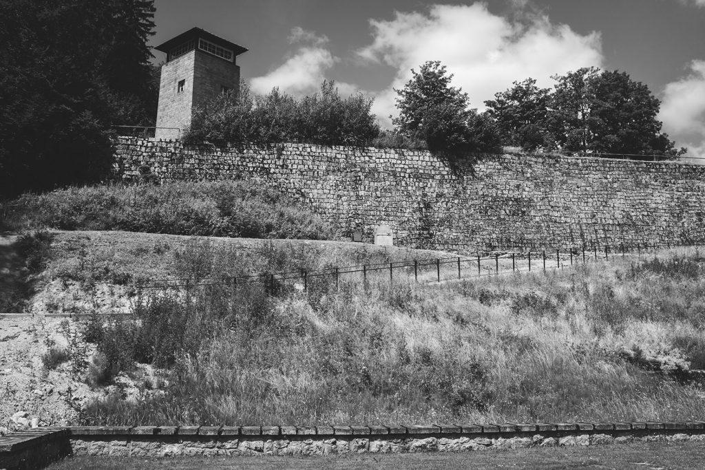Blick auf einen Wachturm in der KZ-Gedenkstätte Flossenbürg