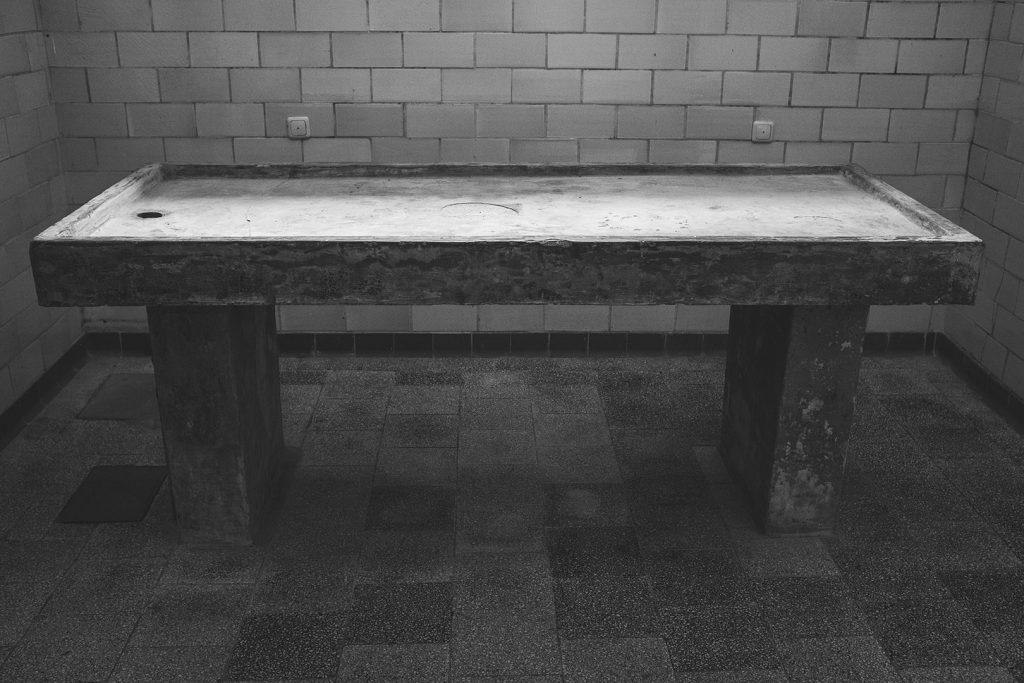 Seziertisch in der KZ-Gedenkstätte Flossenbürg