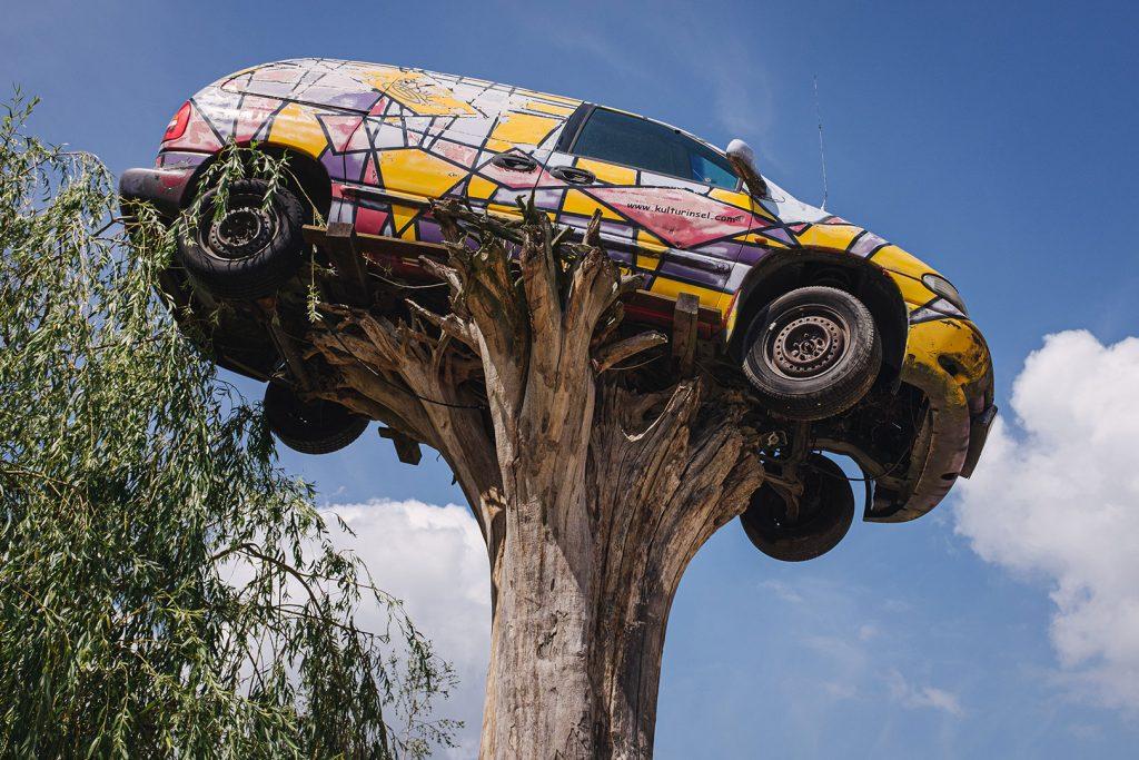 """Auto auf einem Baumstumpf am Abenteuerfreizeitpark """"Die geheime Welt von Turisede"""""""