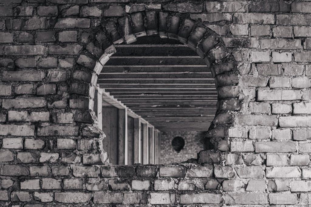 Mauer mit Loch in der Ruine Prora