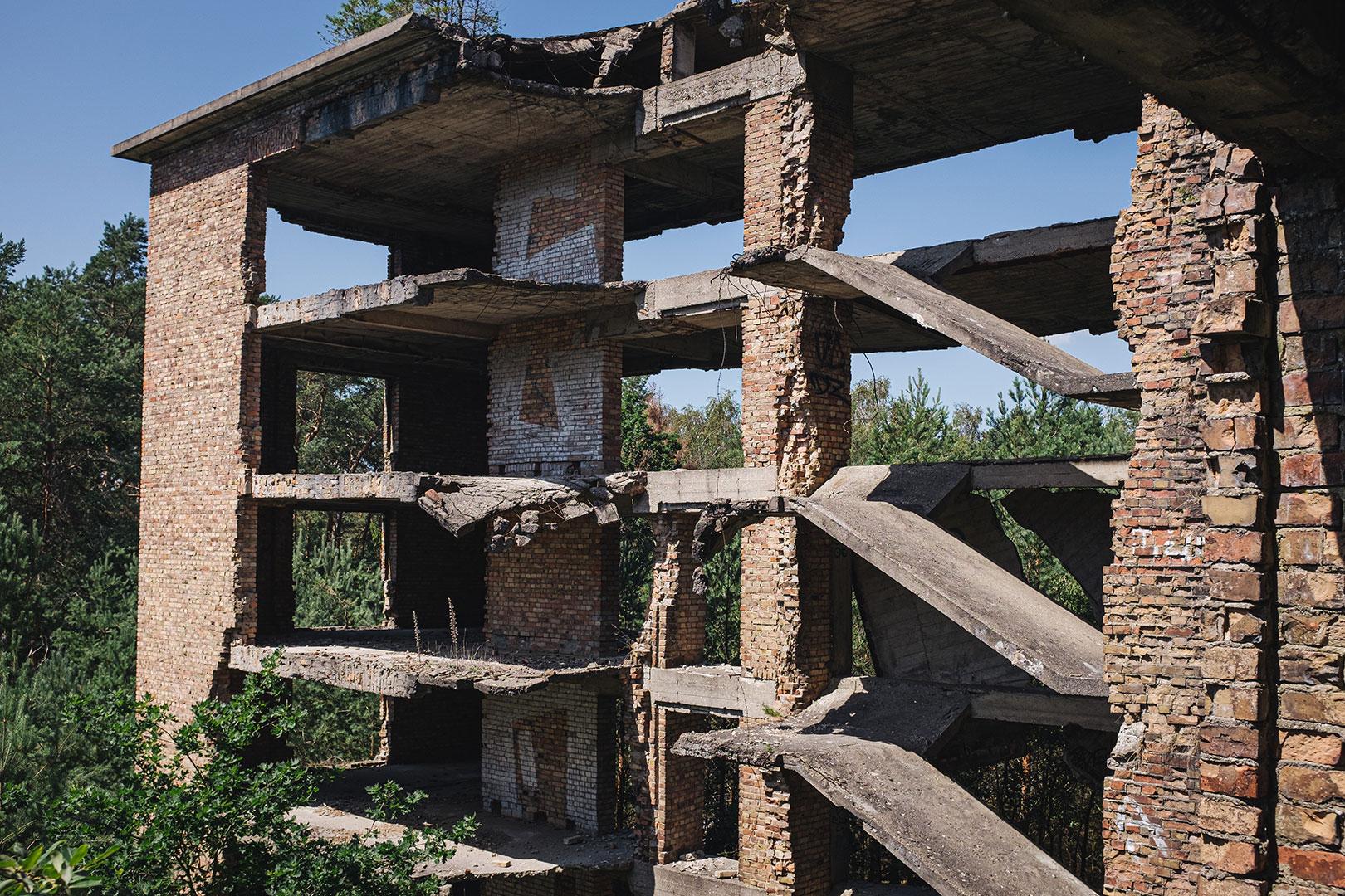 Nicht fertiggestelltes Treppenhaus in der Ruine Prora