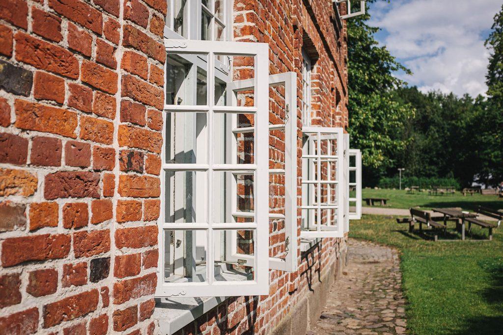 Backsteinhaus mit offenen Fenstern in Noer