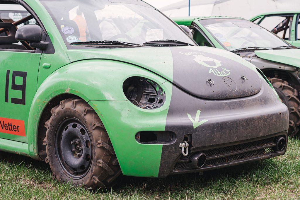 Grünes Auto beim Stoppelfeldrennen Wanhöden