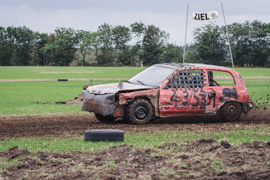 Rotes Auto beim Stoppelfeldrennen Wanhöden