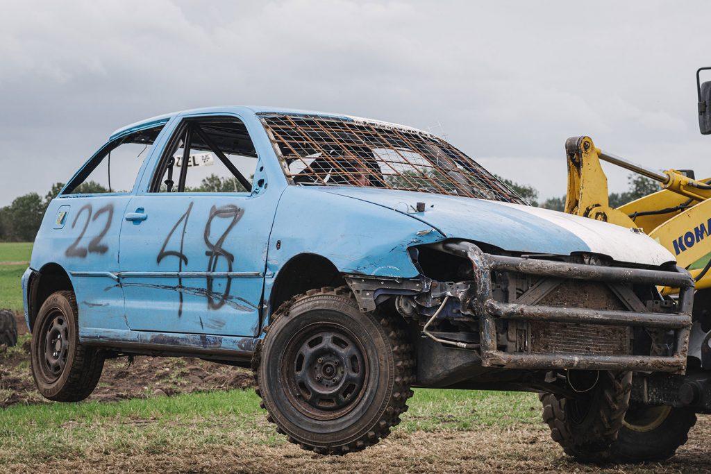 Blaues Auto beim Stoppelfeldrennen Wanhöden