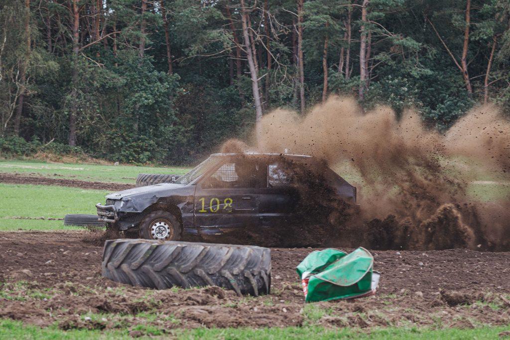 Schwarzes Auto beim Stoppelfeldrennen Wanhöden