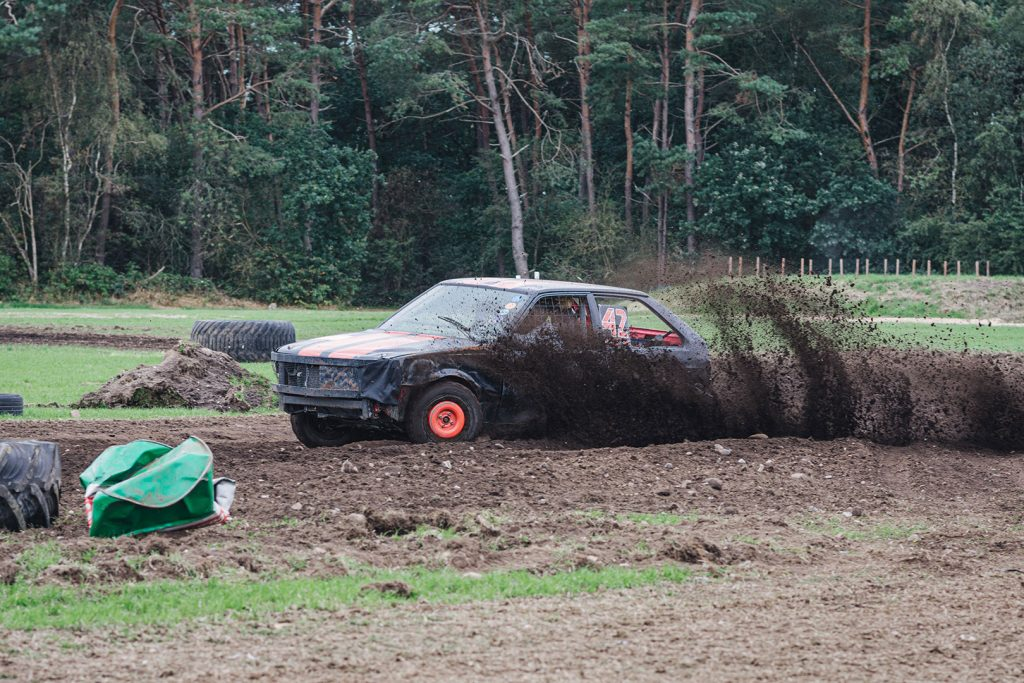 Schwarzes Auto in Action beim Stoppelfeldrennen Wanhöden
