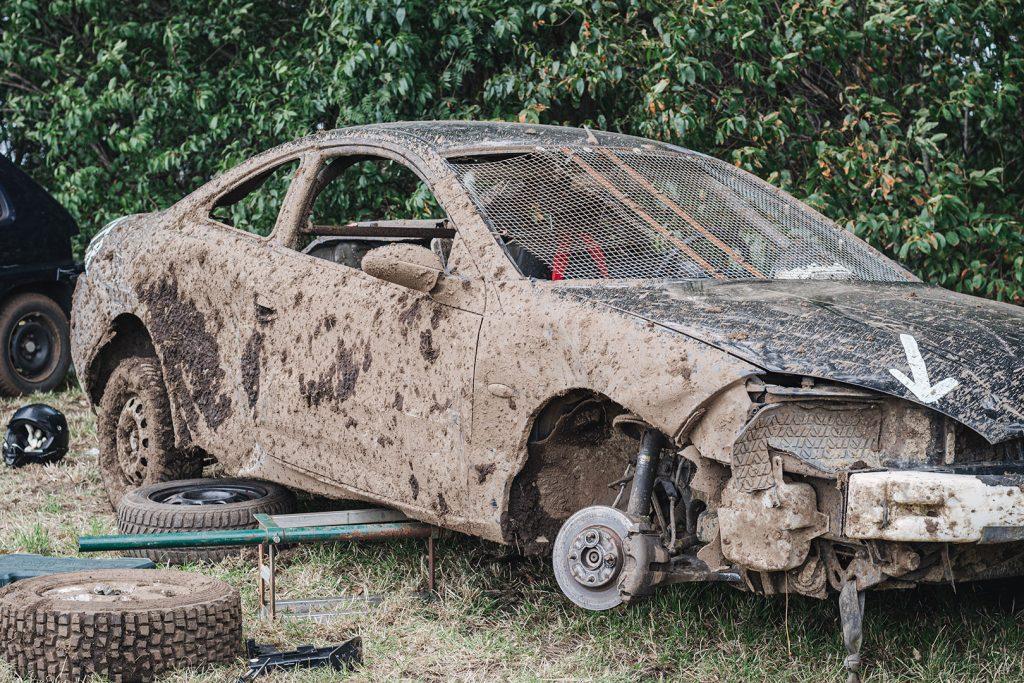 Sehr dreckiges Auto beim Stoppelfeldrennen Wanhöden